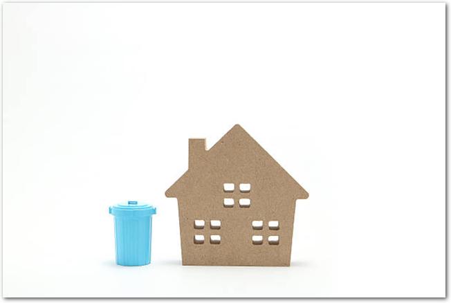 ミニチュアの家と青いポリバケツ